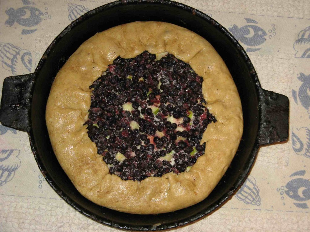 готовый пирог с черникой